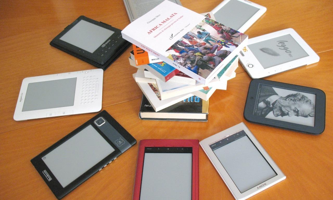 Quanto pesa il sapere: milleduecento libri in 180 grammi